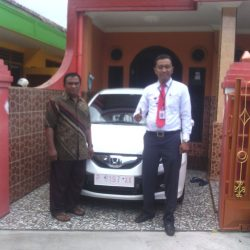 foto-penyerahan-unit-2-sales-marketing-mobil-dealer-honda-banyuwangi-herdi