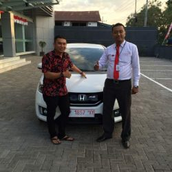 foto-penyerahan-unit-3-sales-marketing-mobil-dealer-honda-banyuwangi-herdi