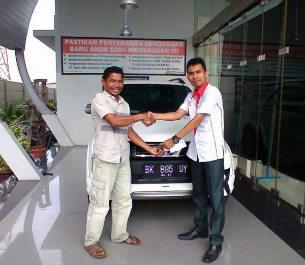 foto-penyerahan-unit-4-sales-marketing-mobil-dealer-toyota-medan-freddy-panjaitan