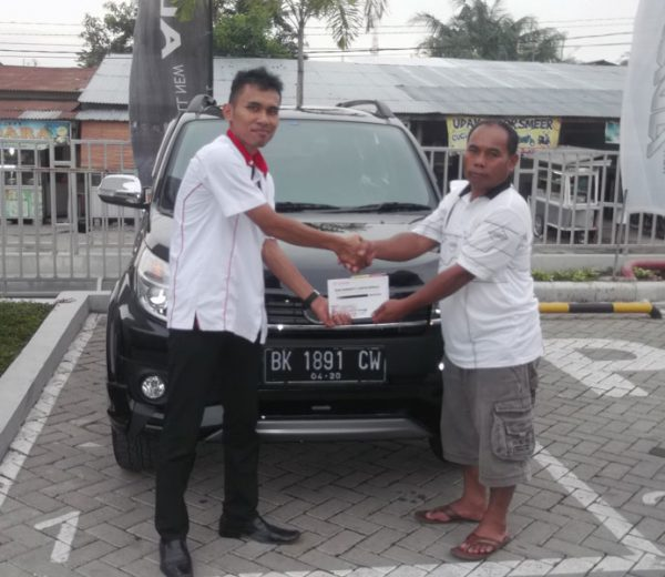 foto-penyerahan-unit-2-sales-marketing-mobil-dealer-toyota-medan-freddy-panjaitan