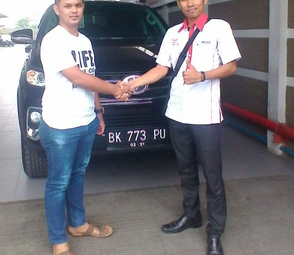 foto-penyerahan-unit-3-sales-marketing-mobil-dealer-toyota-medan-freddy-panjaitan