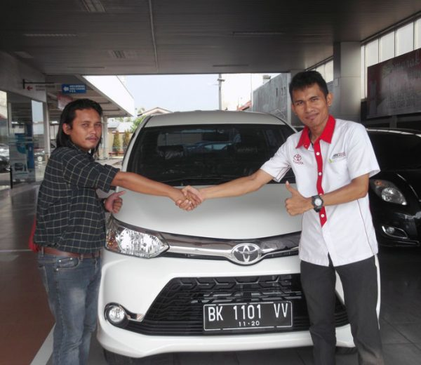 foto-penyerahan-unit-5-sales-marketing-mobil-dealer-toyota-medan-freddy-panjaitan