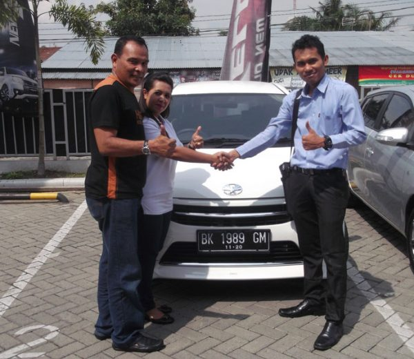 foto-penyerahan-unit-6-sales-marketing-mobil-dealer-toyota-medan-freddy-panjaitan