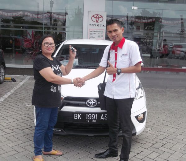 foto-penyerahan-unit-7-sales-marketing-mobil-dealer-toyota-medan-freddy-panjaitan